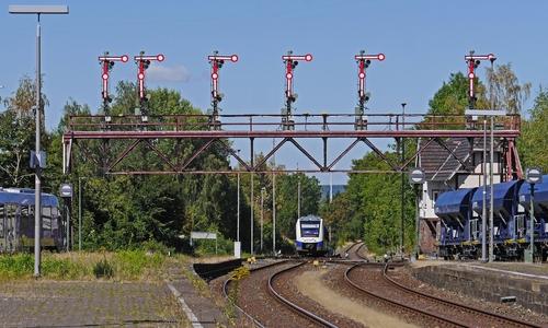 Die besonders unter Bahnfans bekannte Signalbrücke in Bad Harzburg wird im Zuge der Modernisierung ebenfalls obsolet - Steht aber unter Denkmalschutz.
