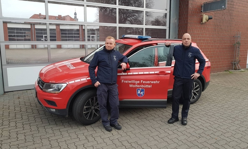 """Stadtbrandmeister Olaf Glaeske (links) und sein Stellvertreter Marco Dickhut warnen davor """"in der Natur"""" zu grillen."""