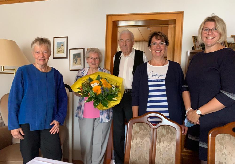Stellvertretende Landrätin Christiane Wagner-Judith (links), Schöppenstedts Bürgermeisterin Andrea Föninger sowie Pastorin Stefanie Röber (rechts) gratulierten Inge und Jochen Lange zum 65. Hochzeitstag.
