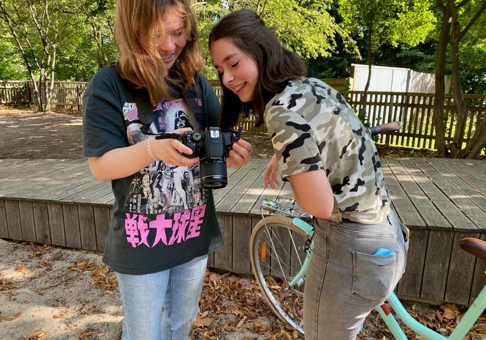 """Julia (links) und Antonia, beide 14 Jahre alt, haben in der """"Social Media Week"""" das Fotografieren mit der Spiegelreflexkamera geübt."""