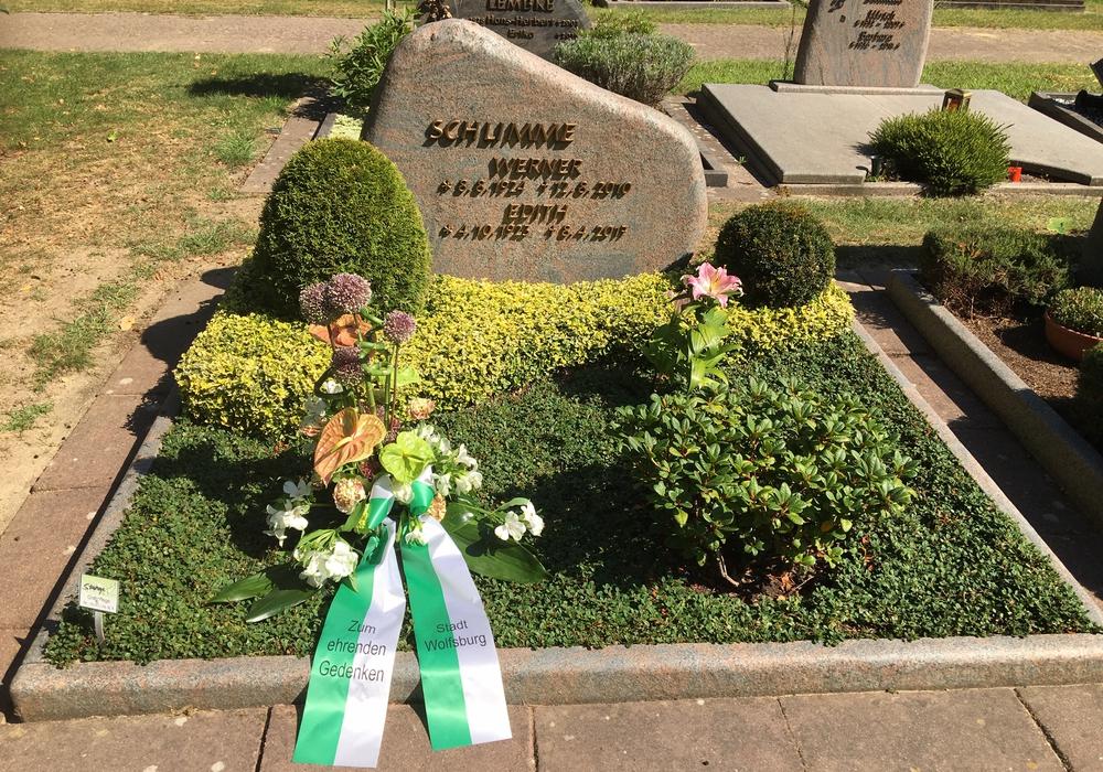 Das Blumengebinde der Stadt auf dem Grab des Ehrenbürgers.