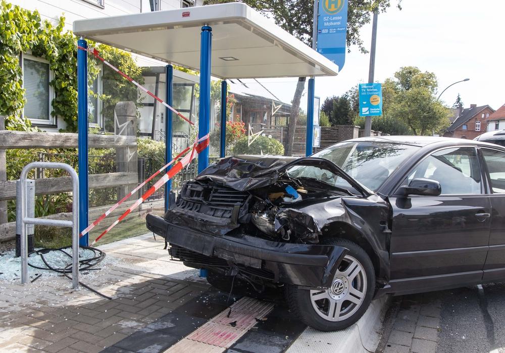 Der Passatfahrer landete nach dem Zusammenstoß mit dem geparkten Wagen in einer Bushaltestelle.