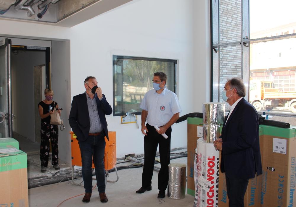 Holger Herlitschke, Torge Malchau und Ulrich Markurth im neuen Eingangsbereich.
