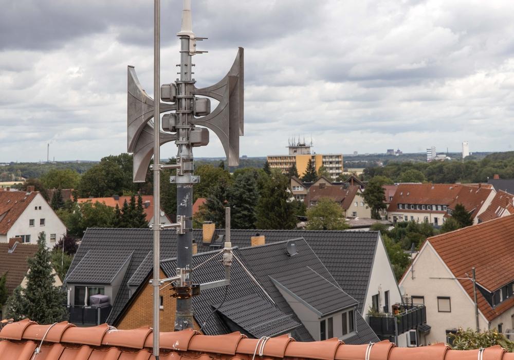 Eine neue Sirene auf dem Dach der Grundschule Steterburg in Salzgitter. Über dieses Modell können auch Sprachdurchsagen durchgeführt werden.