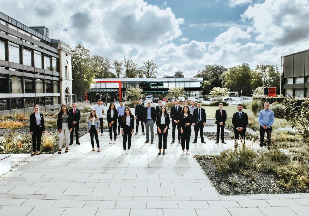 Firmenkundenvorstand Marc Knackstedt (Mitte) begrüßt die 18 neuen Auszubildenden der Braunschweigischen Landessparkasse bei herrlichem Wetter und mit dem gebotenen Abstand auf der Okerinsel im Braunschweiger Kultviertel.