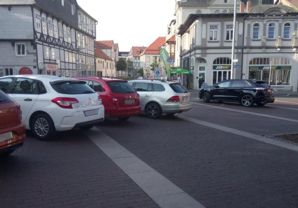 Etliche Fahrzeuge parken auf dem Harztorplatz - Trotz Parkverbot.