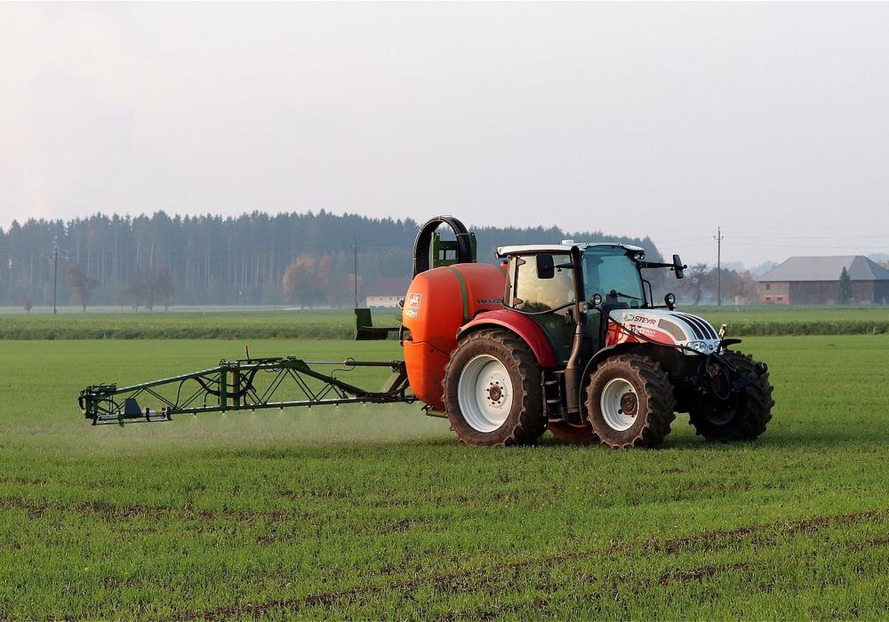 Landwirt bringt Herbizid aus. Symbolbild
