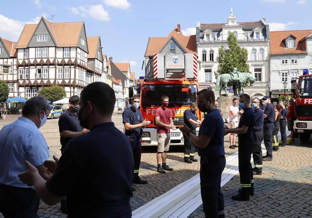 Überraschung für Hans-Jürgen Fuhrmann - Die Feuerwehr tritt in Ehrenformation zum Abschied ihres langjährigen Gerätewartes.