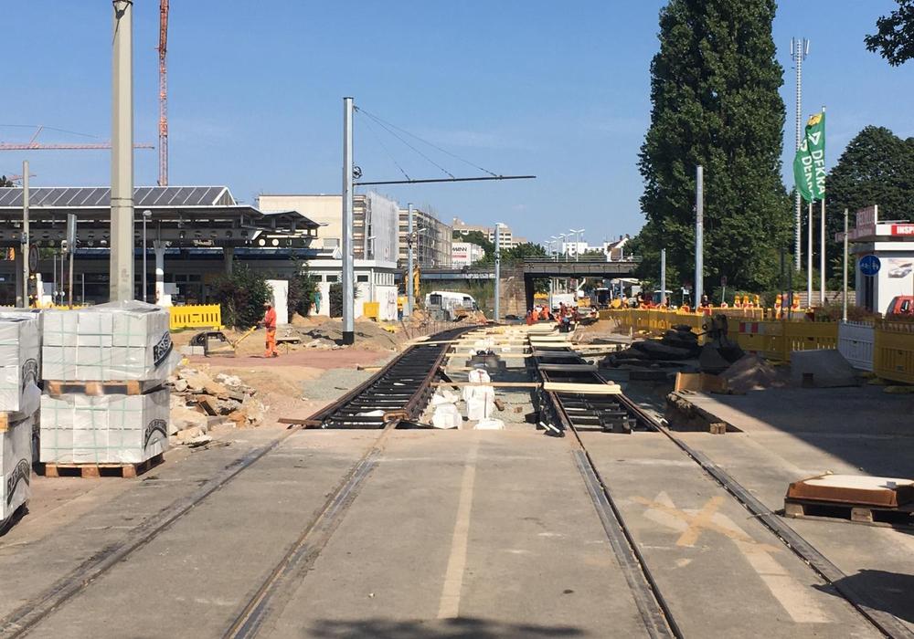 Die Gleiserneuerungen sind am Bahnhof Gliesmarode in vollem Gange.