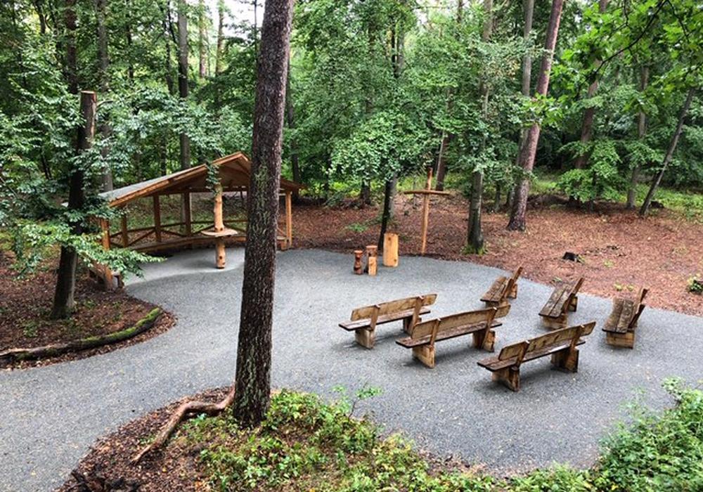 Der Andachtplatz im Bestattungswald ist auch mit dem Rollstuhl gut erreichbar.