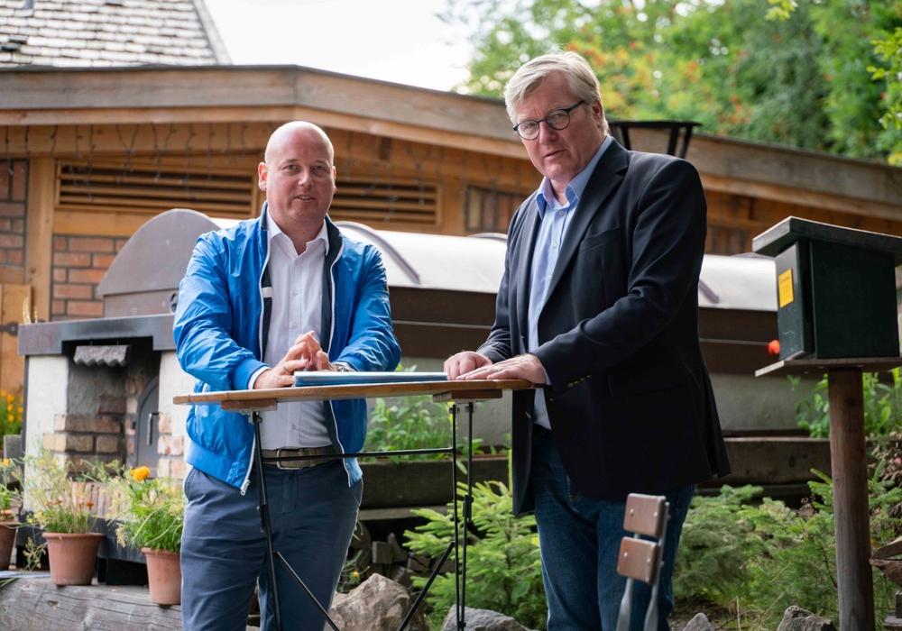 Holger Bormann (links) und Dr. Bernd Althusmann im Gespräch in Wolfenbüttel.