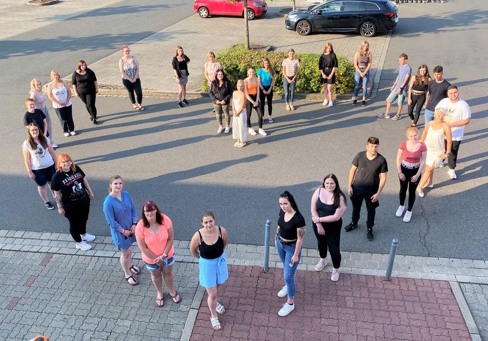 Ein Herz für Pflege – Die 28 neuen Auszubildenden des Helios Bildungszentrums Helmstedt.
