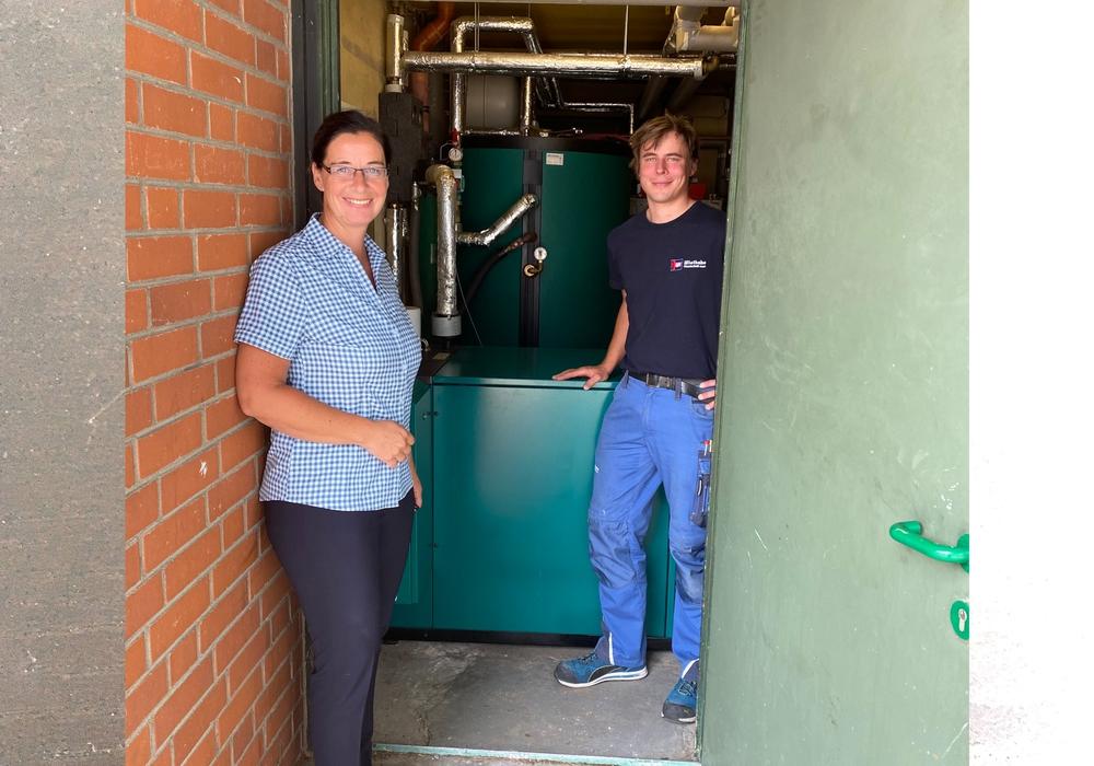 Graslebens Bürgermeisterin Veronika Koch freut sich über den Einsatz des Wiethake-Azubis Alexander Grochulla zugunsten der Effizienzsteigerung des BHKW in der Lappwaldhalle.