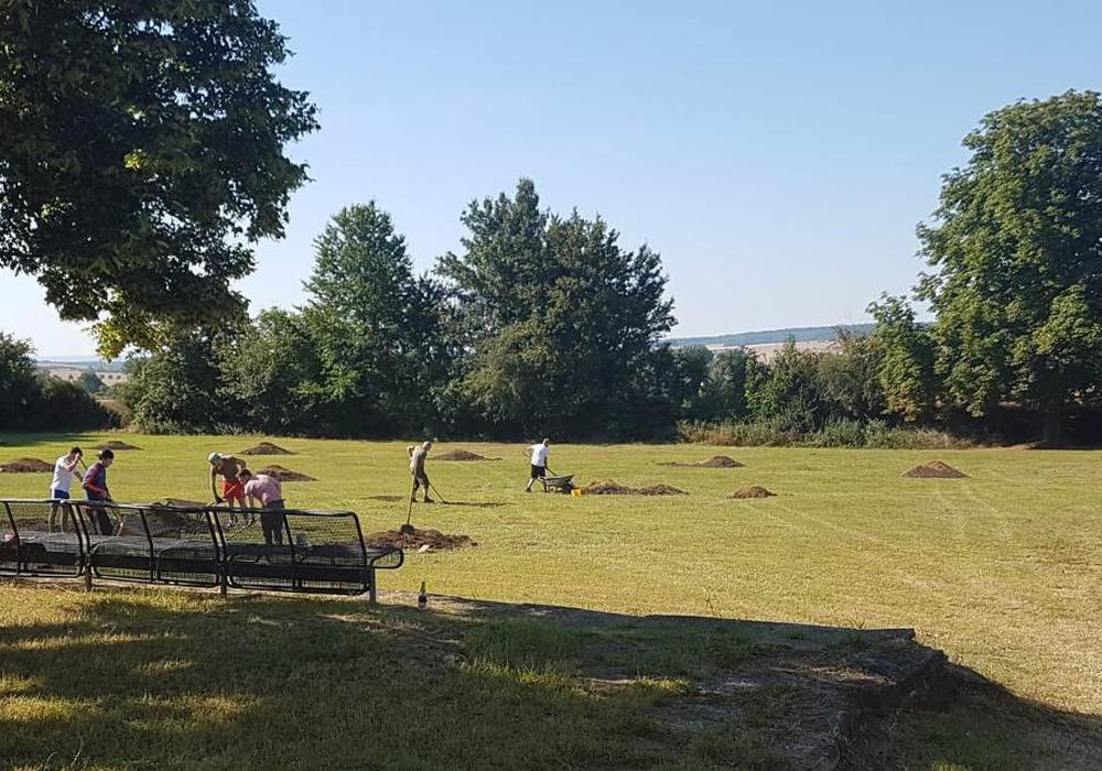 Es gab viel zu tun, um den Sportplatz wieder herzurichten.