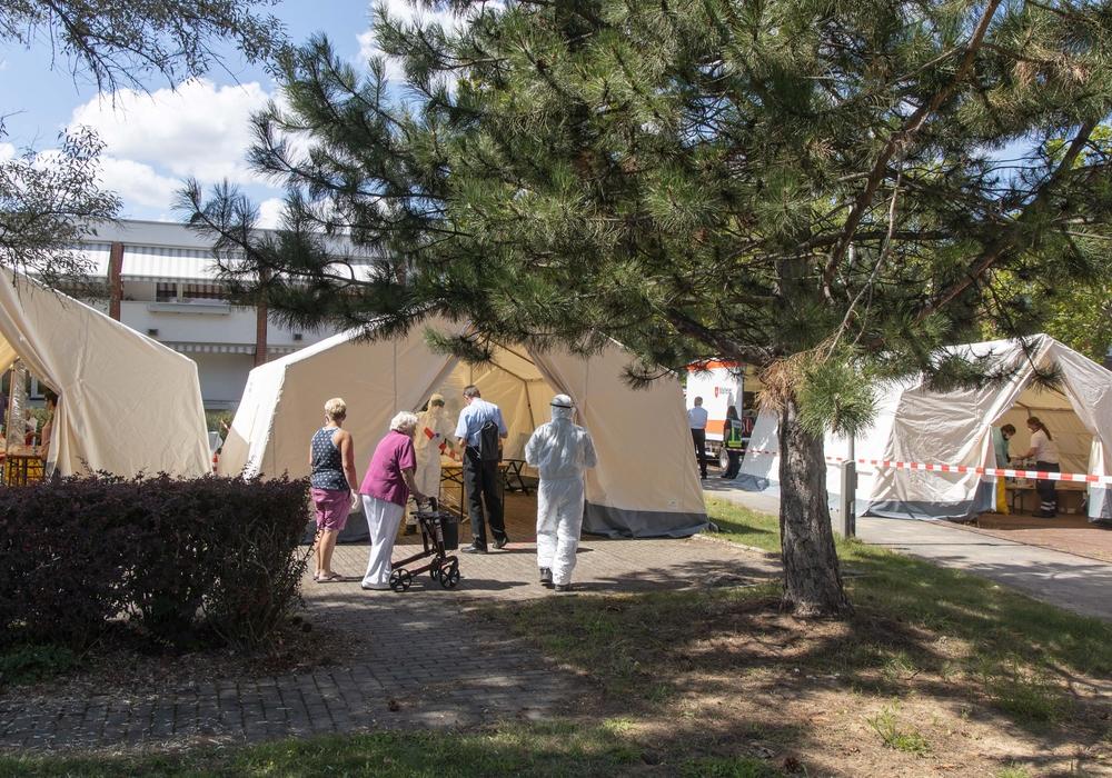 Rund 100 Personen wurden am Dienstag vor dem Seniorenheim getestet.