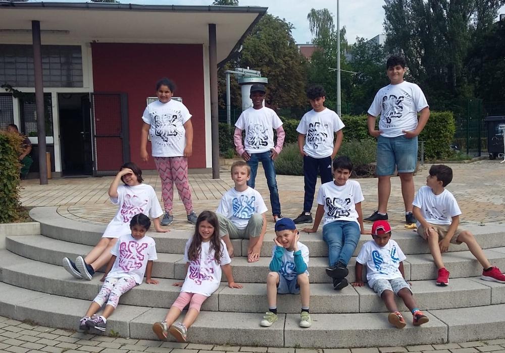 Die Kinder mit ihren selbstbedruckten T-Shirts - mit Löwenmotiv.