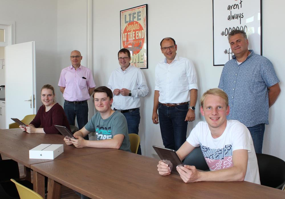 Die neuen Azubis (vorn) freuen sich über ihre iPads. Hinten (v.l.): Personalleiter Martin Reimann, Fachbereichsleiter Wolfgang Jakobi, Bürgermeister Erik Homann und Personalratsvorsitzender Stefan Bettner.