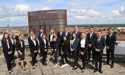 Für die neuen Auszubildenden der Volksbank BraWo ging es am ersten Tag gleich hoch hinaus auf das Dach des Business Center I im BraWoPark.