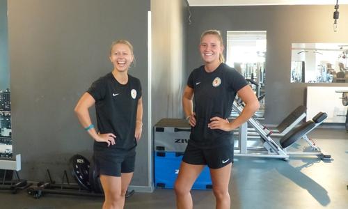 Franziska Knopp (links) und Freundin Vivian Wejner haben sichtlich Spaß beim Training.