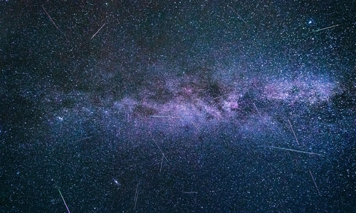 Glühender Kometenstaub rast über den Nachthimmel.