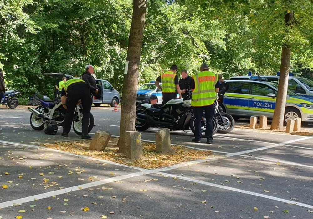 Die Polizei kontrollierte auf dem Parkplatz des Tetzelstein Motorradfahrer.