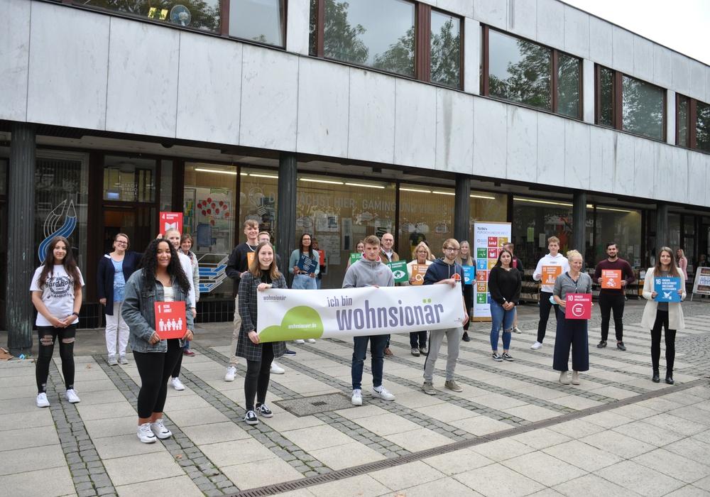 """Die Schüler des Seminarfachs """"Wohnsionär"""" der Heinrich-Nordhoff-Gesamtschule gestalteten das Schaufenster des Alvar-Aalto-Kulturzentrums mit ihren Visionen zu nachhaltiger Stadtentwicklung."""