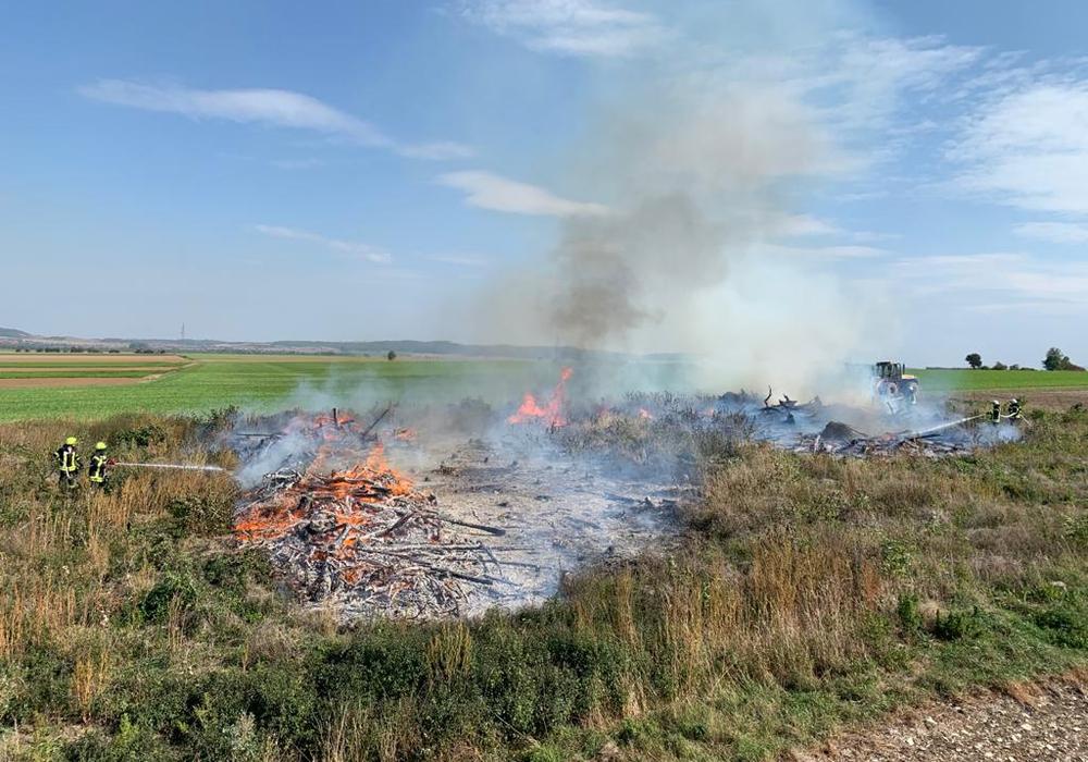 Eine große Fläche stand in Flammen.