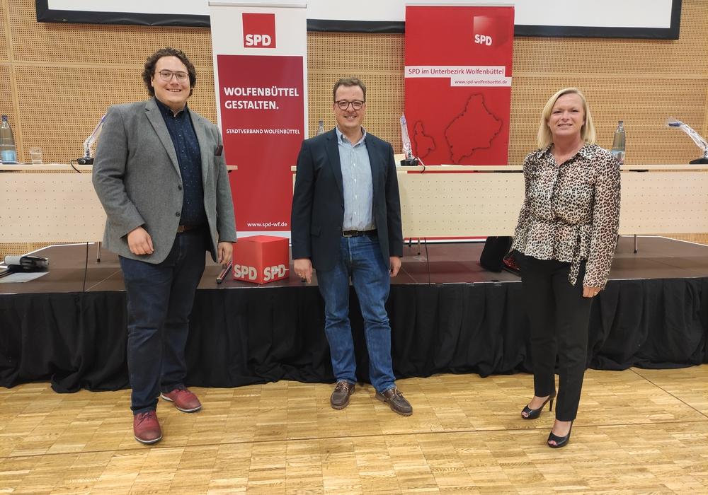 Lennie Meyn (links) und Dunja Kreiser stellten sich den Fragen der SPD-Mitglieder. Der stellvertretende Stadtverbandsvorsitzende Jan Schröder führte durch den Abend.
