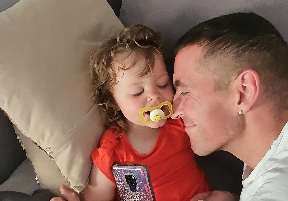 Jens Prügner mit seiner Tochter. Der 40-Jährige ist an Speiseröhrenkrebs erkrankt. Seine Familie betet, dass es noch ein ein gemeinsames Weihnachtsfest gibt.
