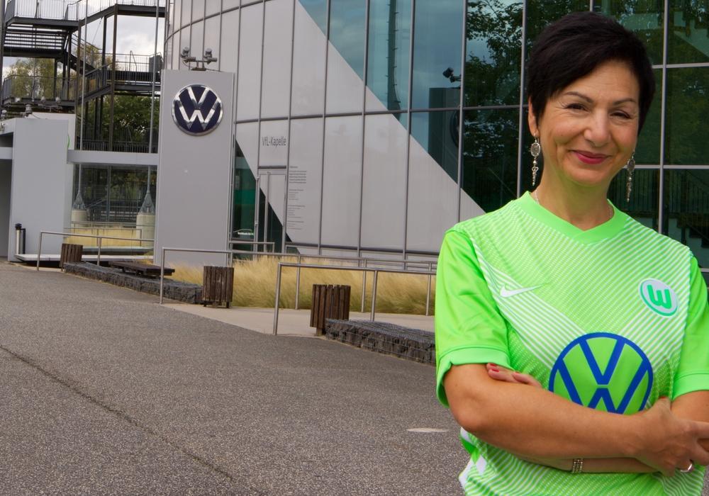 Immacolata Glosemeyer vor dem Stadion des VfL Wolfsburg.