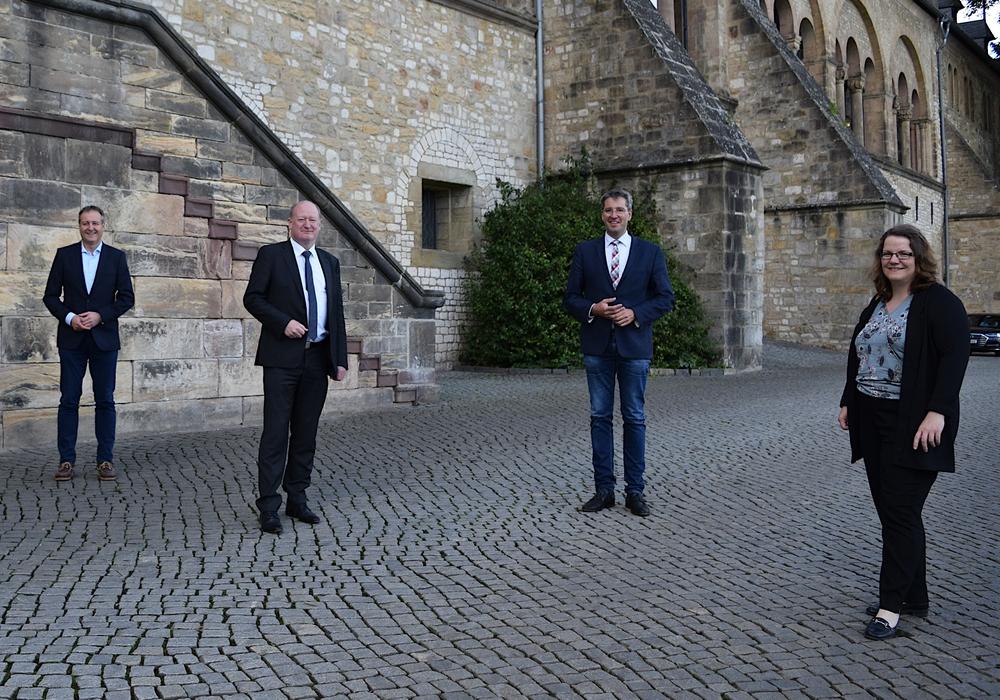 Finanzminister Reinhold Hilbers (2. von links) lässt sich von Marleen Mützlaff (von rechts), Oberbürgermeister Dr. Oliver Junk und Oliver Heinrich durch die Kaiserpfalz und den Pfalzgarten führen.