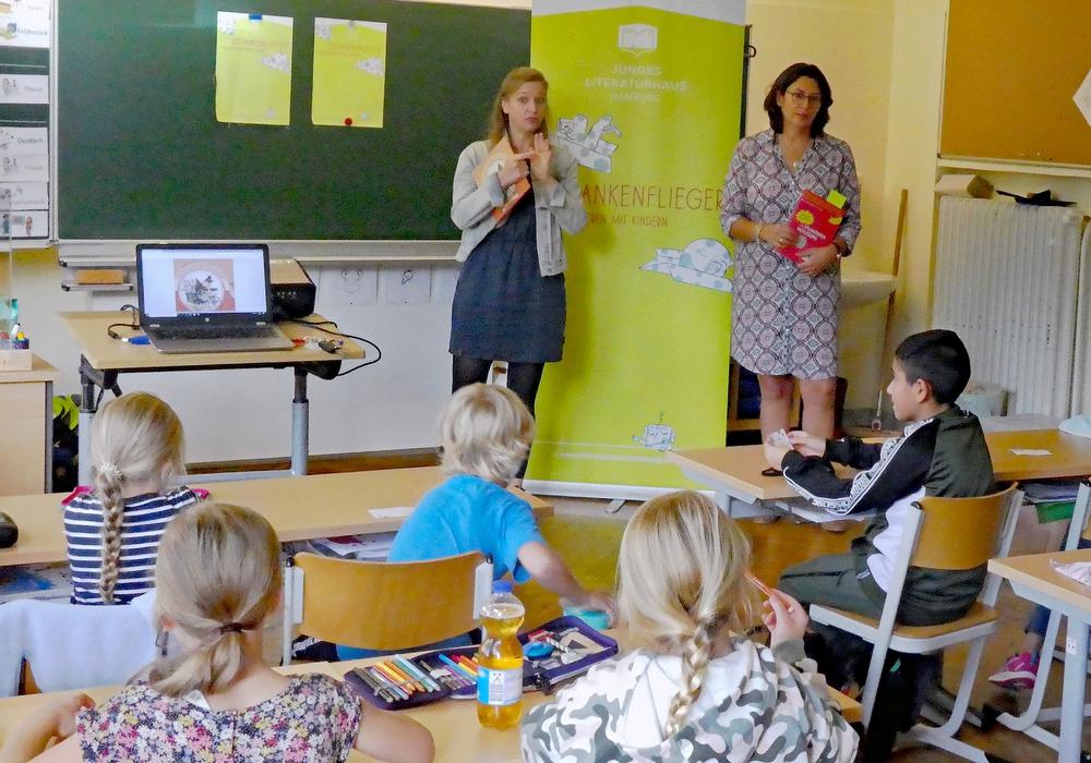 """Die """"Gedankenflieger""""-Referentinnen Stefanie Segatz (rechts, Projektleiterin vom Literaturhaus Hamburg) und Miriam Holzapfel (links, Kulturwissenschaftlerin) gingen zusammen mit den Kindern der Grundschule Hallendorf der Frage »Wie geht Gerechtigkeit?« nach."""