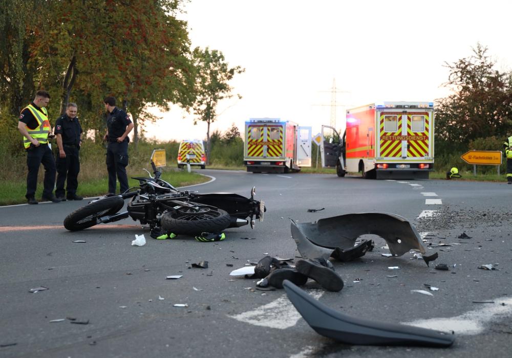 Zwischen Klein Flöthe und Ohlendorf kollidierte am Dienstagabend eine Kradfahrerin mit einem Auto.