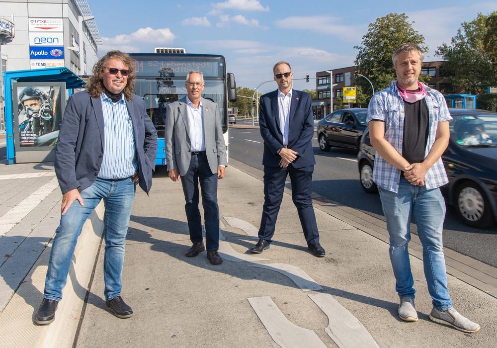 Frank Miska (SPD), Hermann Fleischer (Die Linke) Stefan Roßmann (MBS) und Marcel Bürger (Die Grünen) am Busbahnhof in der City.