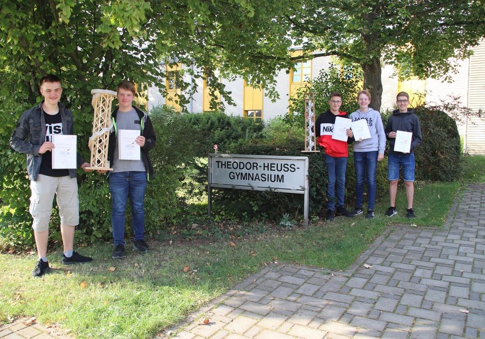 Die THG-Schüler Jonas Heynen, Dorian Geistefeldt, Levin Backhaus, Julian Scheithauer und Moritz Hochkirchen zeigen ihre ausgezeichneten Modelle und Urkunden.