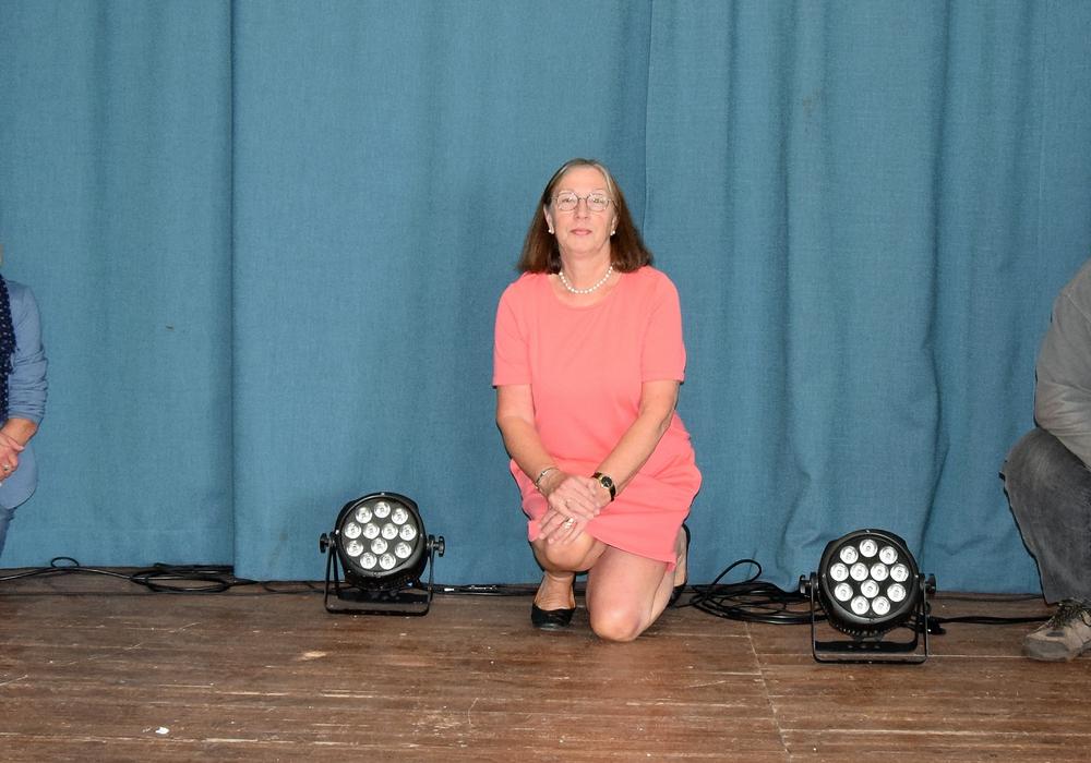 Zu der Lichtanlage gehören neben großen Scheinwerfern auch diese kleinen Beleuchtungsobjekte. Von links: Sabine Naats (Quartiersmanagement), Ulrike Heilshorn (Steterkult-Vorsitzende u. 2. Vorsitzende Sanierungsbeirat) und Michael Feyerabend (Vorsitzender Sanierungsbeirat).