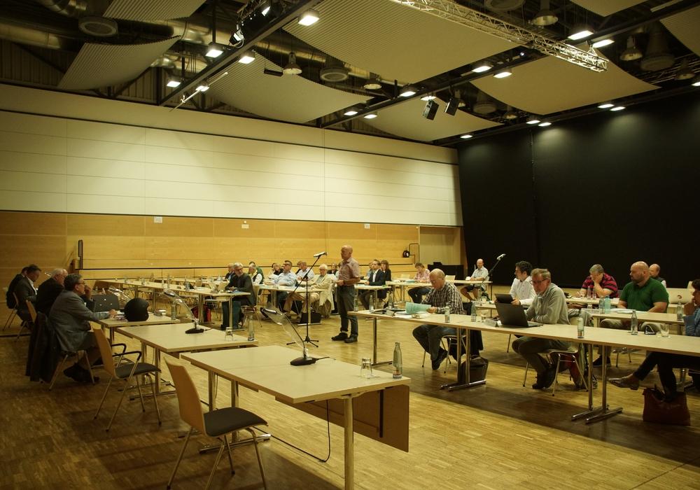 Der Bauausschuss in der Lindenhalle - Am Mikrofon Bürgermitglied und ADFC-Vorsitzender Thilo Neumann.