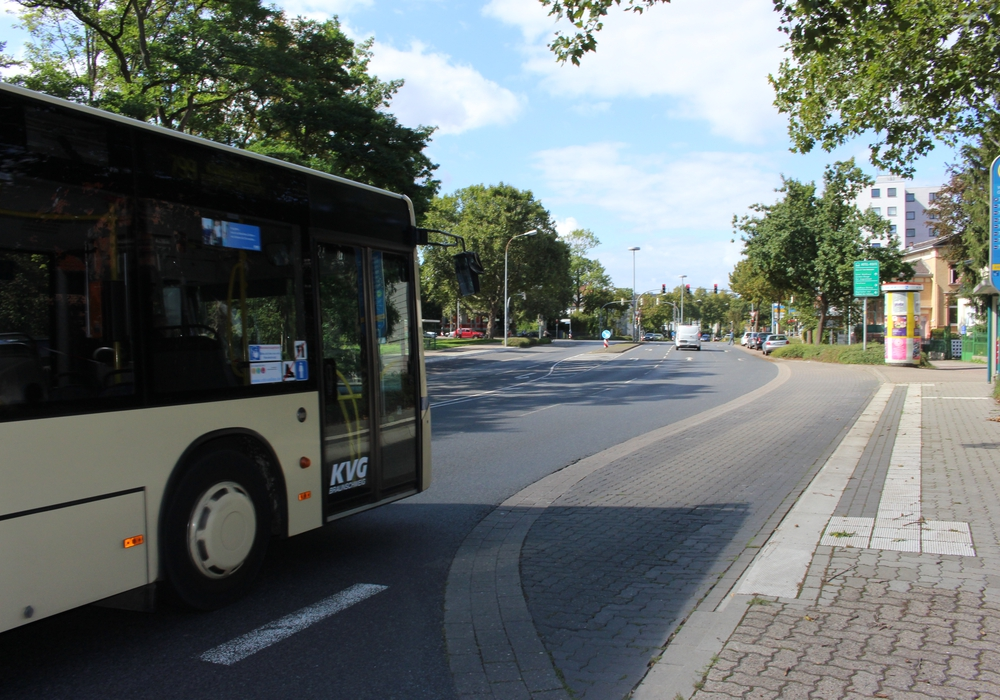 Um nach links auf die Straße Am Herzogtore abzubiegen, müssen Busse hier drei Fahrstreifen überqueren - lange Wartezeiten sind die Folge.