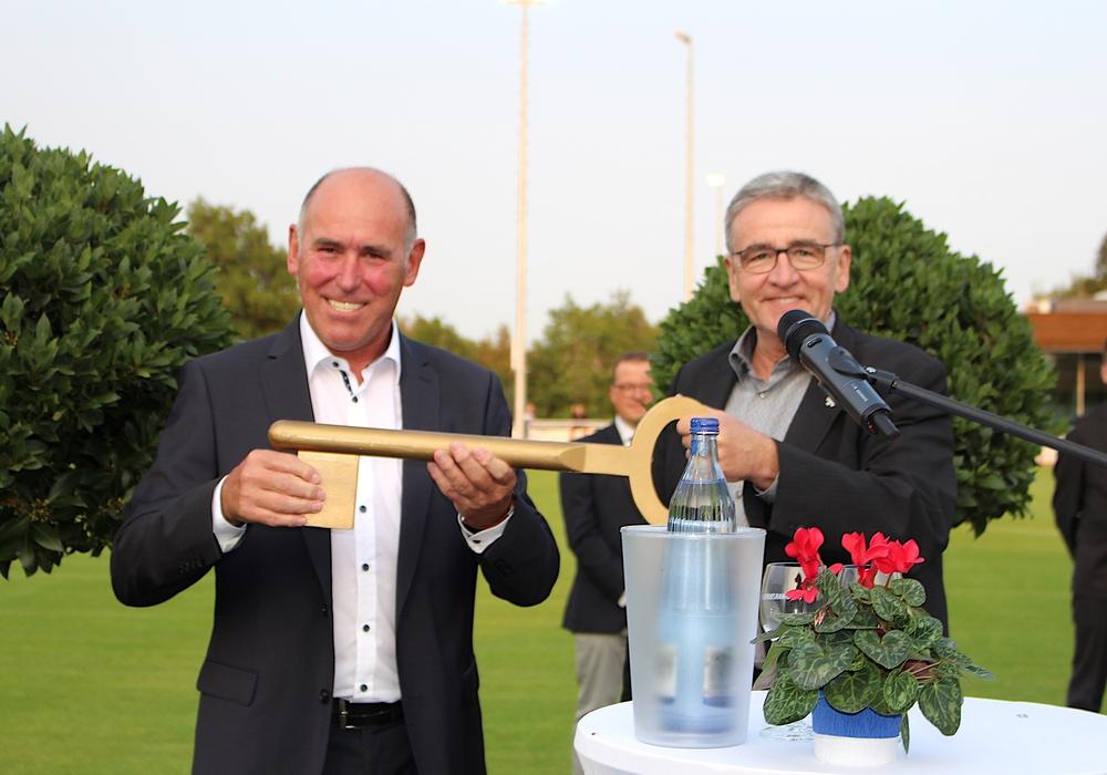 Klaus Dünwald (li.) nimmt den symbolischen Schlüssel aus den Händen von Thomas Pink entgegen.