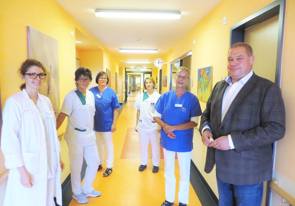 Bürgermeister Wittich Schobert besichtigt die Räumlichkeiten der Palliativstation in der Helmstedter Helios Klinik.