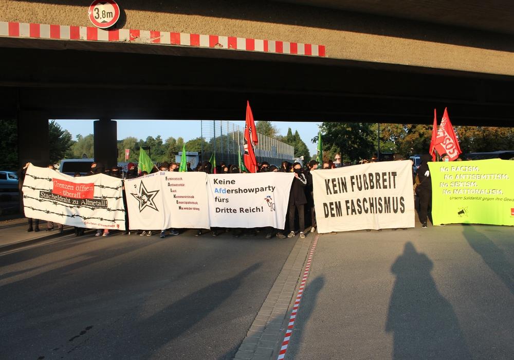 Die Zufahrt über den Madamenweg zur Milleniumhalle wurde durch Demonstranten blockiert.