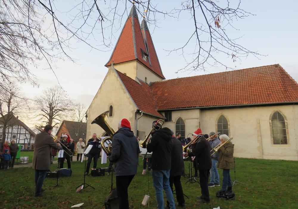 Weihnachtsmärkte wird es in der Gemeinde Lehre in diesem Jahr nicht geben. Auf dem Bild spielt der Posaunenchor Lehre vor der Kirchen in der Campenstraße in Lehre anlässliche des Weihnachtsmarkts 2019 in Lehre.