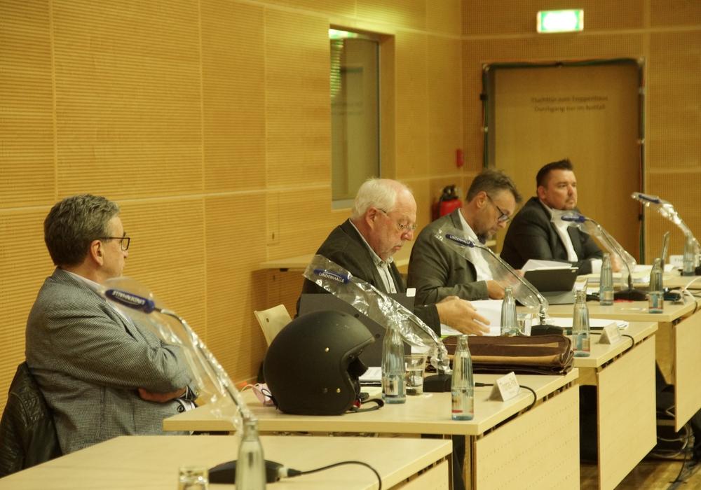 Bürgermeister Thomas Pink, Ausschussvorsitzender Uwe Kiehne, Stadtbaurat Ivica Lukanic und Protokollführer Matthias Ahl beim Bauausschuss am gestrigen Dienstag.