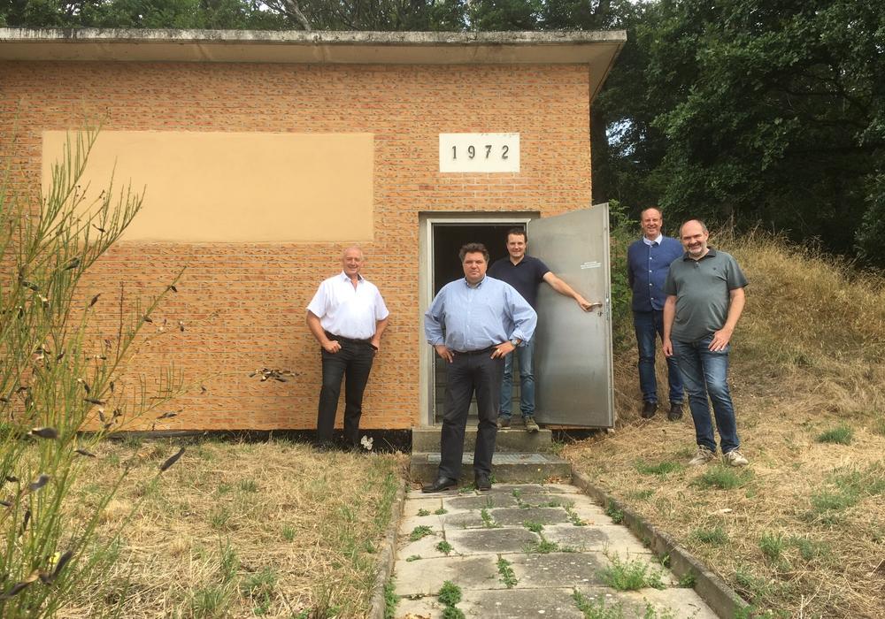 Vor dem alten Hochbehälter. Von links: Frank Oesterhelweg, Uwe Schäfer, Jörn Alpers, Andreas Memmert und Svens Volkers.