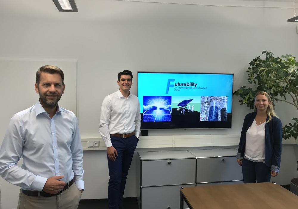 Wirtschaftsdezernent Dennis Weilmann, Gründer Frederik Dinse und Cindy Lutz, Wolfsburg Wirtschaft und Marketing GmbH