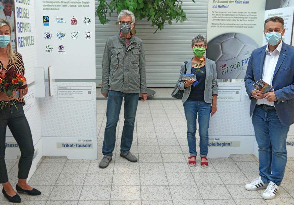 Bei der Ausstellungseröffnung (v.l.n.r.): Karina Karger (Assestentin Centermanagement Forum wolfenbüttel), Matthias Knoche-Herwig und Christiane Döring (Steuerungsgruppe Fairtrade-Stadt Wolfenbüttel), Ivica Lukanic (Stadtbaurat).