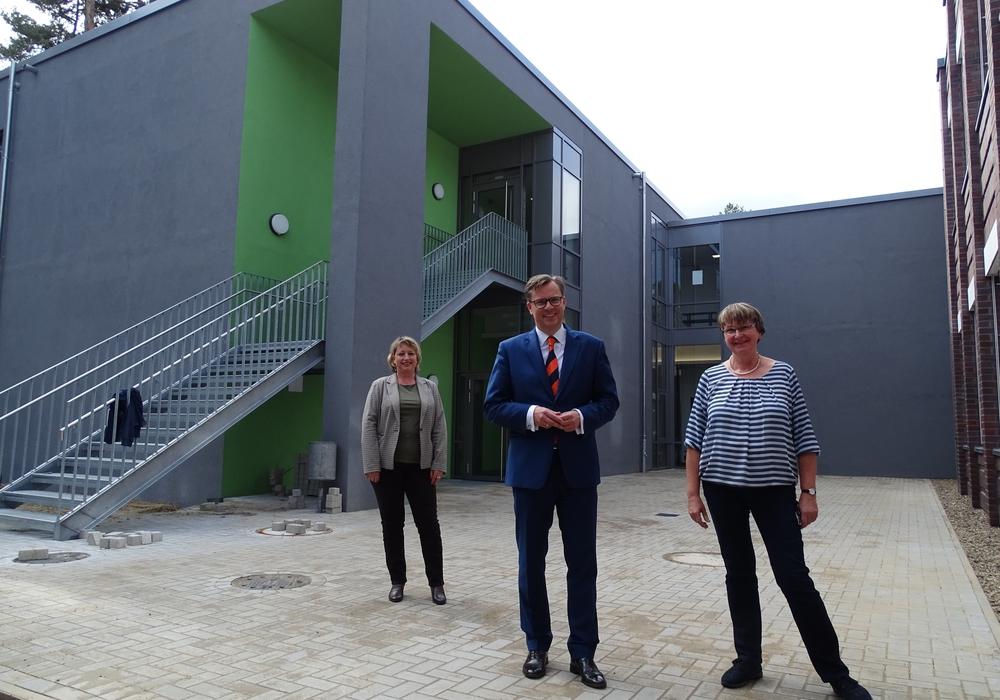 Landrat Andreas Ebel mit den Rektorinnen Susanne Pilarski (re.) und Brigitte Gorke vor dem Neubau des OHG.