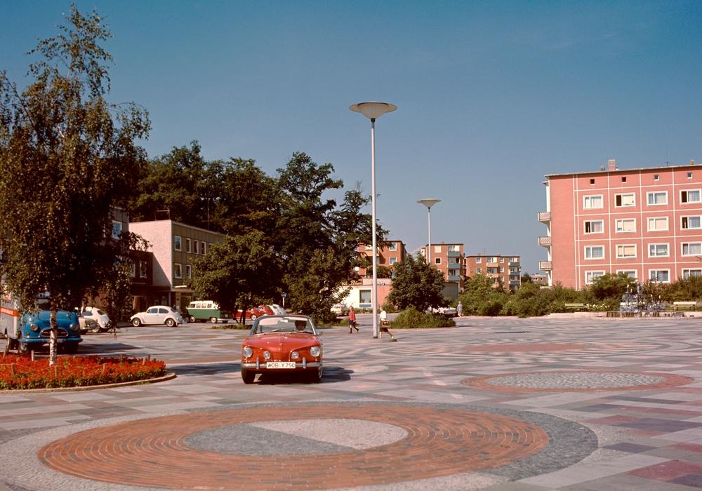 Mitte der 1960er Jahre hatten auf dem Dunantplatz Autos und zu Fuß Gehende noch ausreichend Platz.