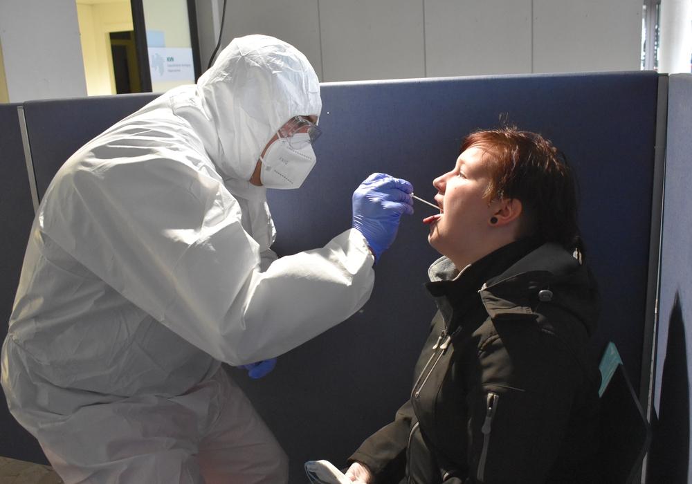 Behutsam aber sorgfältig nimmt ein Johanniter-Mitarbeiter eine Probe im Corona-Testzentrum.