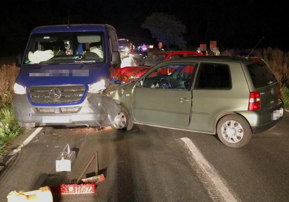 Im Hintergrund der unfallverursachende Nissan Micra, der dem VW Lupo im Vordergrund die Vorfahrt nahm. Dieser versuchte auszuweichen und rammte dabei den blauen Transporter.